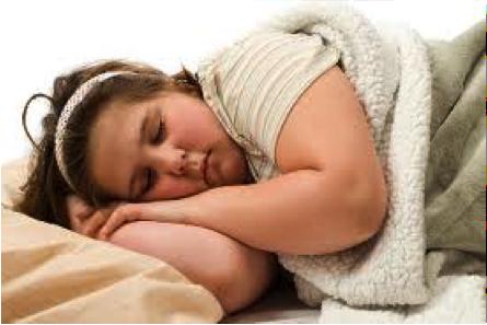 niña obesa durmiendo